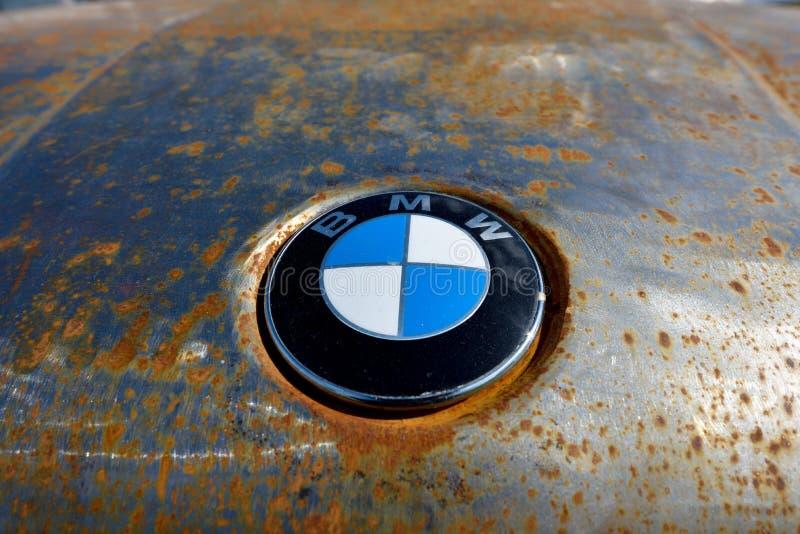 Киев, Украина – 23 апреля 2016 года: ржавый капот с логотипом BMW. Киев, Украина-23 апреля 2016: ржавый капот с логотипом BMW стоковое изображение без роялти