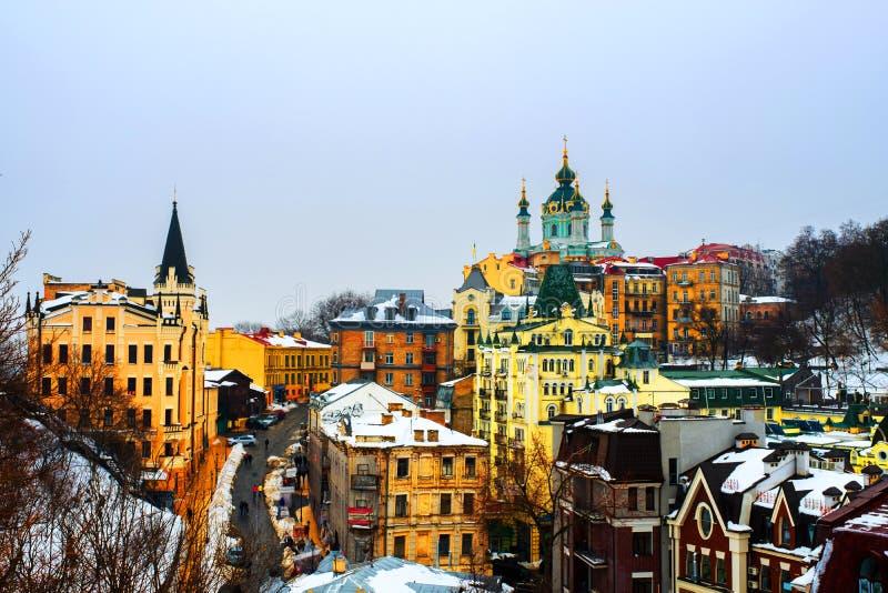 Kyiv, Ukraine Ansicht von Andrews Abfall im Winter während des bewölkten schwermütigen Tages Schnee über dem Berg, berühmte St- A stockfotos
