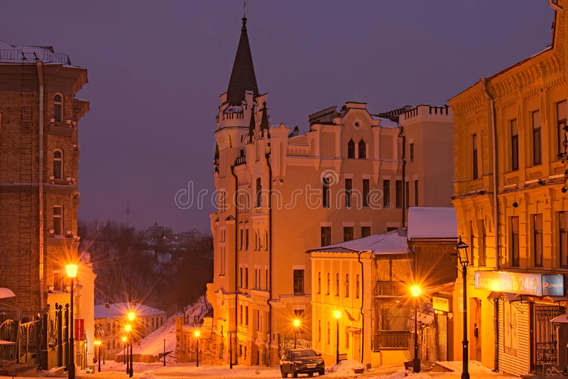 KYIV, UKRAINE-28 January2017: Richard Castle auf dem Andriyivskyy-Abfall Andriyivs'kyi-uzviz Landschaft des frühen Morgens stockbild