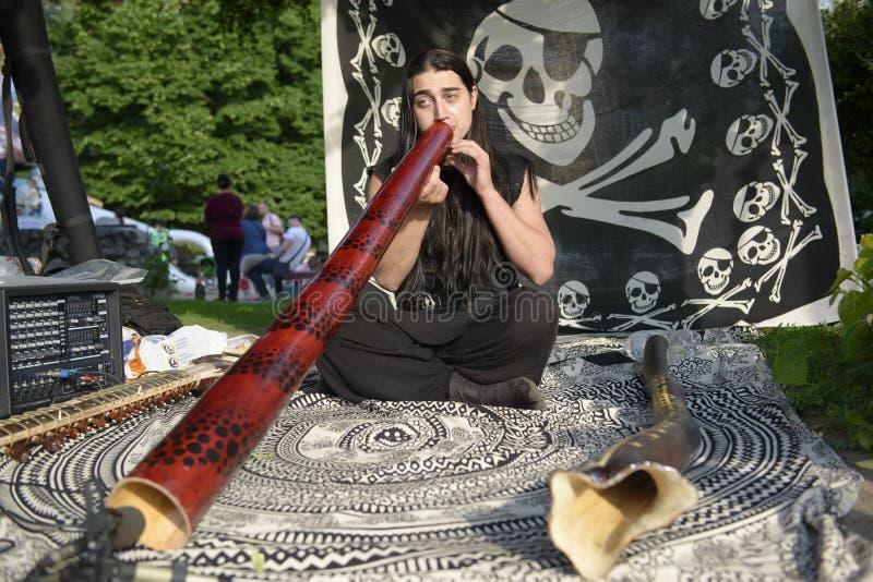 20 05 2018 Kyiv, Ukraine Jeune musicien jouant le didgeridoo sur t images libres de droits