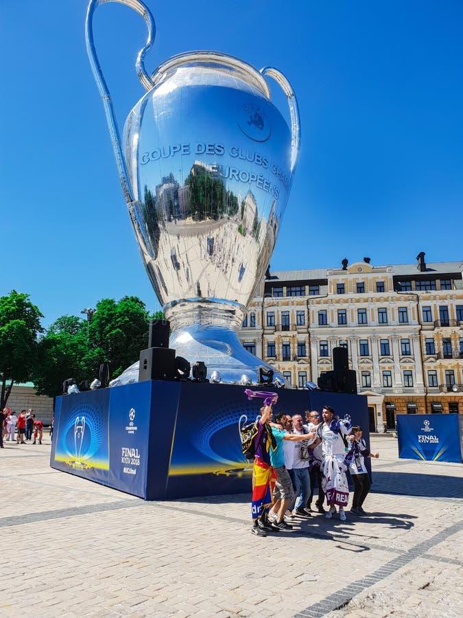 KYIV, UKRAINE - 26 MAI 2018 : La finale des champions la ligue, fans de l'équipe de Real Madrid se tiennent sur le proche carré d image stock