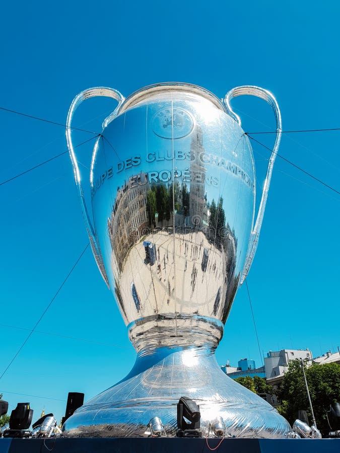 KYIV, UKRAINE - 26. MAI 2018: UEFA, Modell des Meister-Ligapokals, Vorbereitung für den Schluss stockfotos