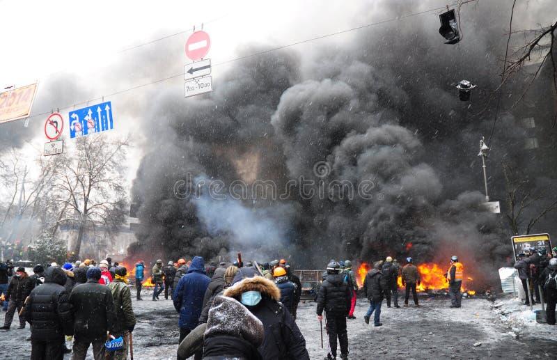 KYIV, UKRAINE - 30 november 2019: Krisen i Ukraina Panoramatisk syn på ukrainska proteströrelser från bildäck och trottoarsten arkivbild