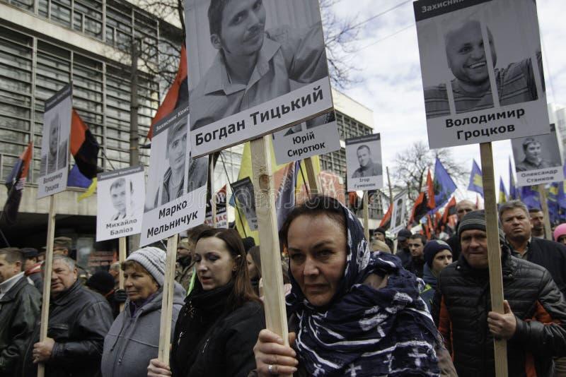 Kyiv, Ukraine - 14 octobre 2015 : Activistes et défenseurs des partis nationalistes ukrainiens photographie stock libre de droits