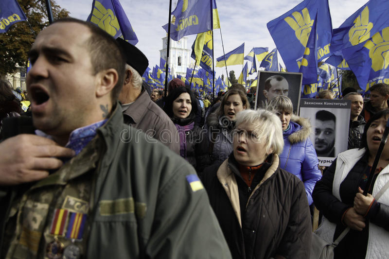 Kyiv, Ukraine - 14 octobre 2015 : Activistes et défenseurs des partis nationalistes ukrainiens photos stock