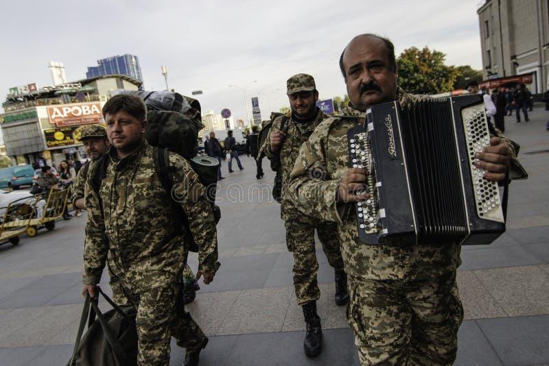 Kyiv, Ukraine - 14 octobre 2015 : Aumônier orthodoxe ukrainien des forces armées ukrainiennes images stock
