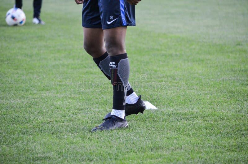 KyiV, UKRAINE - 2. September 2016: Beine, die Fußball im acti spielen lizenzfreie stockfotos