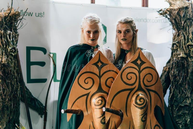 KYIV, UKRAINE - 9 SEPTEMBRE 2018 : Cosplayers d'elfes posant à la Co photos stock