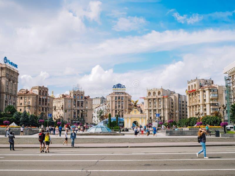 Kyiv ukraine Sommar 2018 Självständighet kvadrerar Maydan Nezalezhnosti med monumentet och hotellet Ukraina med flaggan och sprin arkivfoto