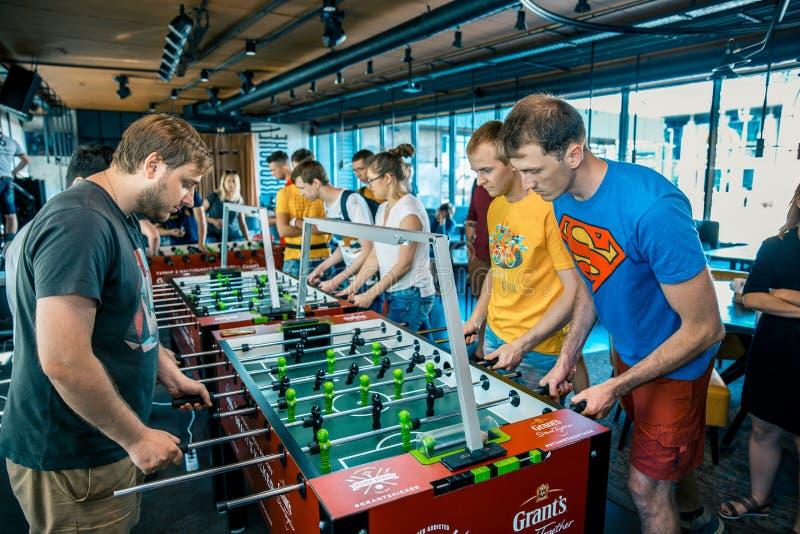KYIV, UKRAINE, Stangenliga von Bewilligungen KickerKicker am 10. Juni 2018 Aktive Männer und Frauen haben Spaß während des Tabell lizenzfreie stockbilder