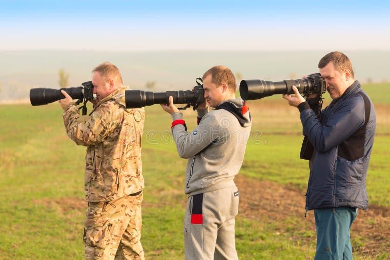 KYJOV, TSCHECHISCHE REPUBLIK - OKTOBER 2017: Fotografgruppe machen Fotos von erstaunlichen Süd-Moravian-Feldern in der Tschechisc lizenzfreies stockfoto