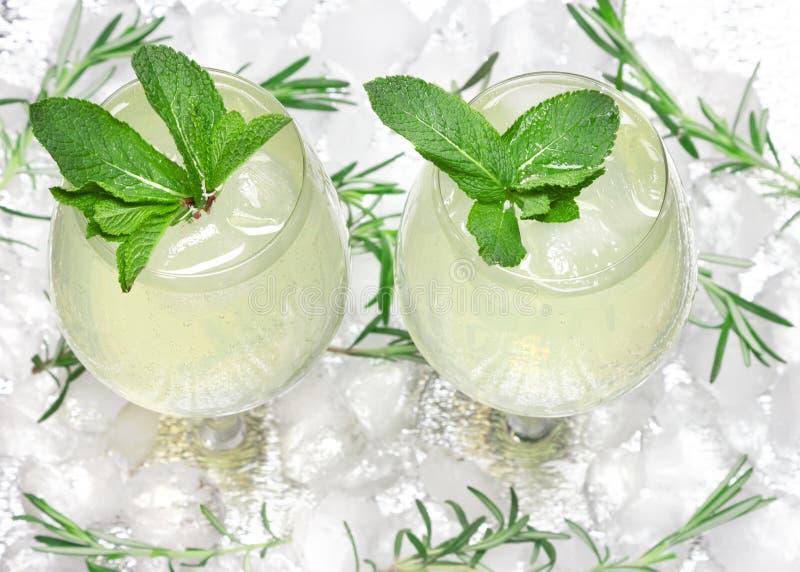 Kyld drink med mintkaramellsidor i coctailbägare på iskuber Sommardryck St?ngmeny kall mojito Uppfriskande lemonad arkivfoto
