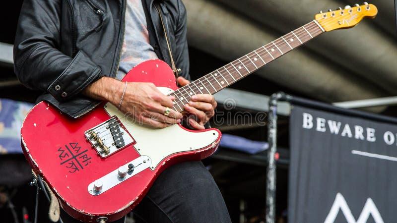 Kyle Nicolaides Beware d'obscurité frappant les notes élevées sur sa guitare photographie stock