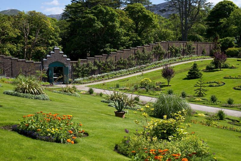Kylemore-Abtei u. viktorianischer ummauerter Garten in der Grafschaft Galway lizenzfreies stockfoto