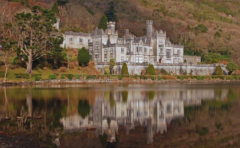 Kylemore kasztel w Irlandia z spokój wody odbiciem fotografia royalty free