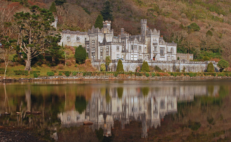Kylemore slott i Irland med lugna vattenreflexion royaltyfri fotografi