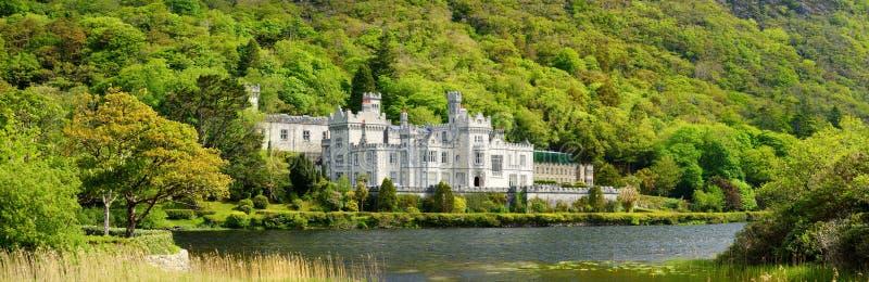 Kylemoreabdij, een Benedictineklooster wegens Kylemore-Kasteel, in Connemara, Ierland wordt opgericht dat royalty-vrije stock afbeeldingen