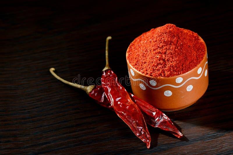 kyligt pulver i lerakruka med rött kyligt arkivfoto