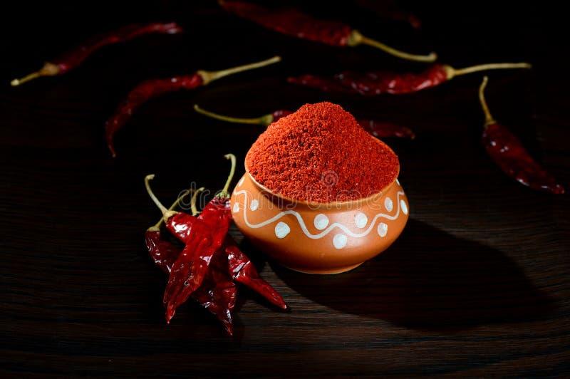 kyligt pulver i lerakruka med rött kyligt royaltyfri foto