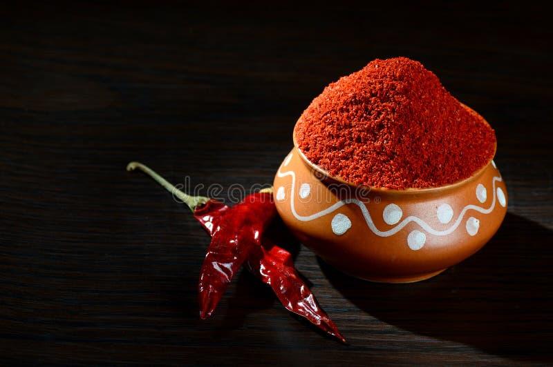 kyligt pulver i lerakruka med rött kyligt fotografering för bildbyråer