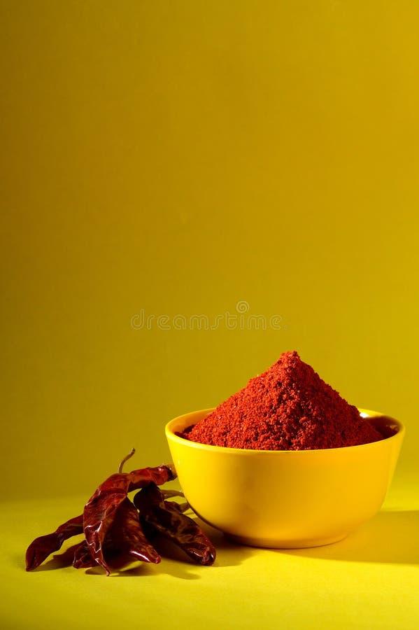 Kyligt pulver med rött kyligt i gul platta royaltyfri fotografi