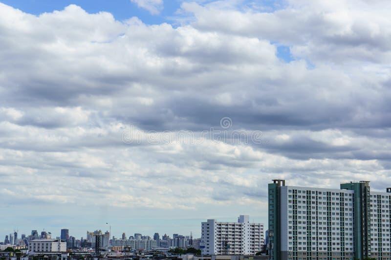 Kyline под голубым небом с сценарными пушистыми облаками стоковые изображения rf