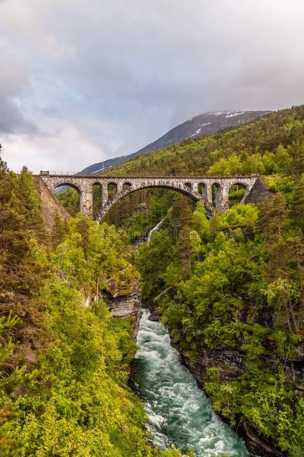 Kylling桥梁Kylling bru,劳马,Romsdal,挪威 免版税库存图片