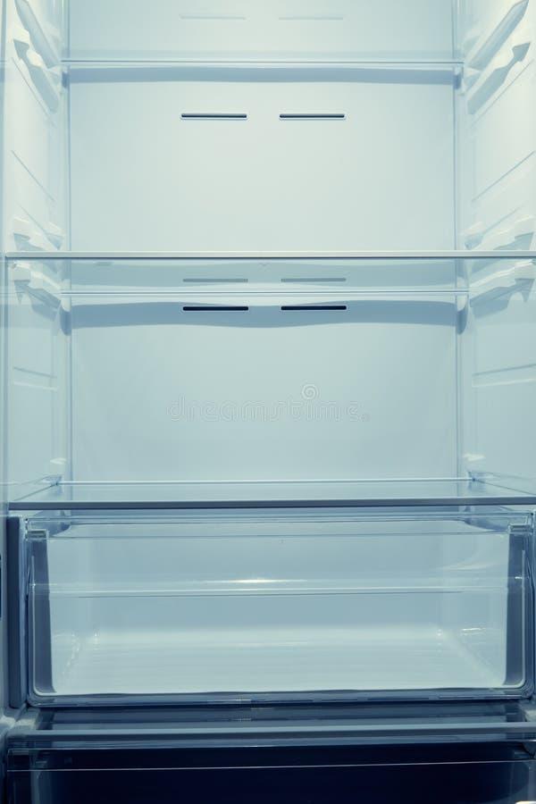 Kylskåp med tomma hyllor arkivfoton