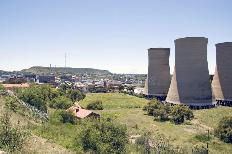 Kyltorn från kraftverk enligt Fort Bloemfontein fotografering för bildbyråer