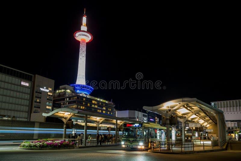 Kyoto-Busbahnhof und belichteter Turm, Japan lizenzfreie stockfotos