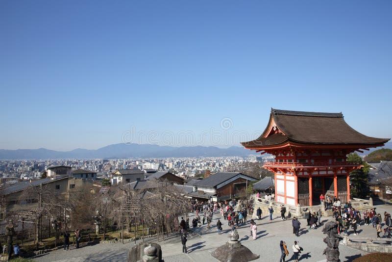KYOTO - 31 de diciembre: los turistas visitan el templo en diciembre 31,2016 de Kiyomizu en Kyoto, Japón imagen de archivo