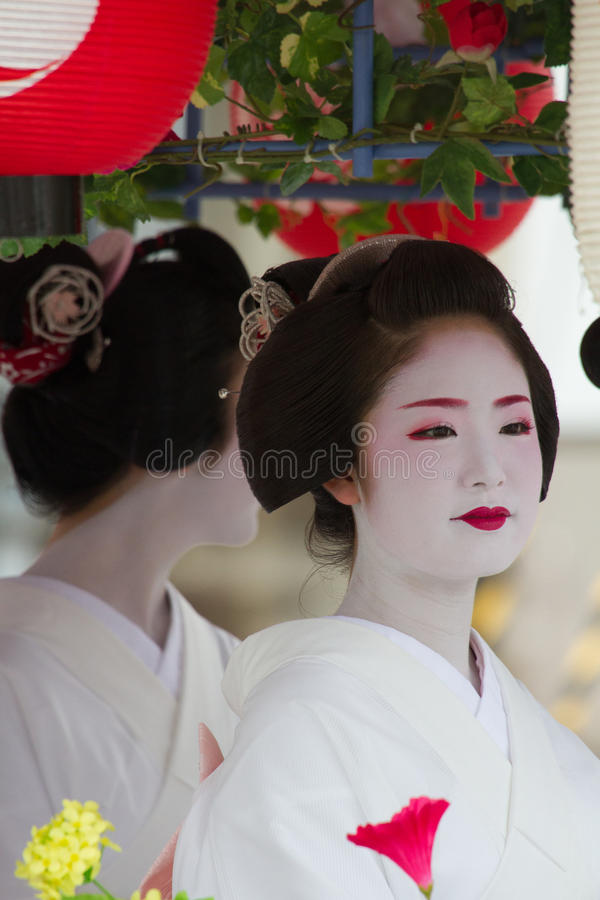KYOTO - 24 DE JULHO: A menina não identificada de Maiko (ou a senhora de Geiko) na parada do hanagasa em Gion Matsuri (festival)  imagem de stock