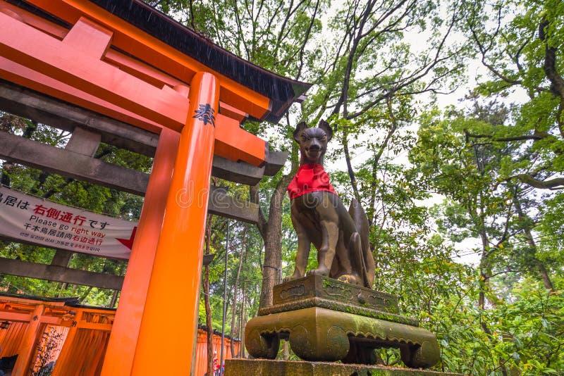 Kyoto - 28 de mayo de 2019: Puertas de Torii de la capilla sintoísta de Fushimi Inari en Kyoto, Japón imágenes de archivo libres de regalías