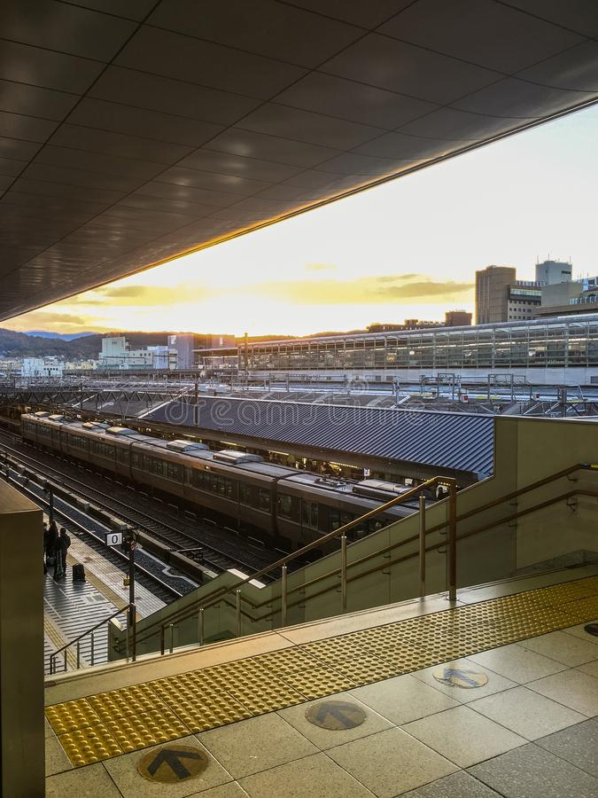 Kyoto drevstation med solnedgång arkivbild