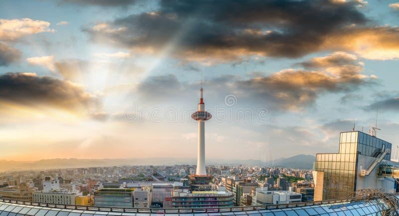Kyoto flyg- sikt på solnedgången med torn- och stadshorisont fotografering för bildbyråer