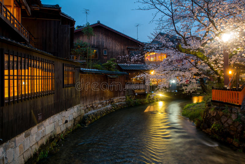 Kyoto, Giappone al fiume di Shirakawa in Gion District durante fotografie stock libere da diritti