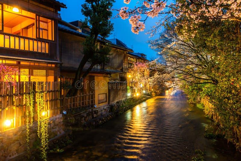 Kyoto, Giappone al fiume di Shirakawa in Gion District durante la molla Stagione del blosson della ciliegia a Kyoto, Giappone fotografie stock