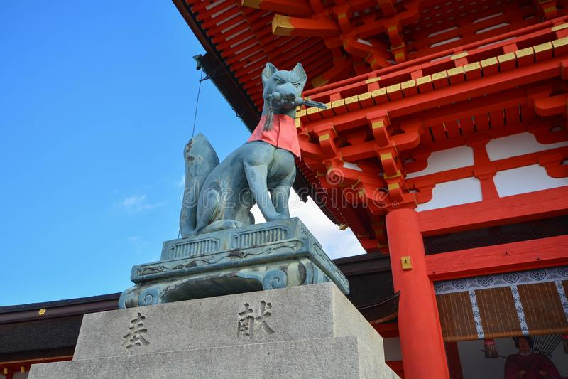 KYOTO, GIAPPONE: 7 dicembre 2016 - scultura di Fox in Fushimi Inari fotografie stock libere da diritti