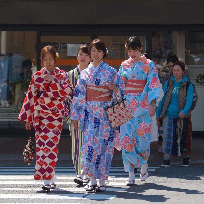 Kyoto, Giappone - maggio 2017: Le ragazze si sono vestite in kimono che camminano nella via di Kyoto fotografia stock