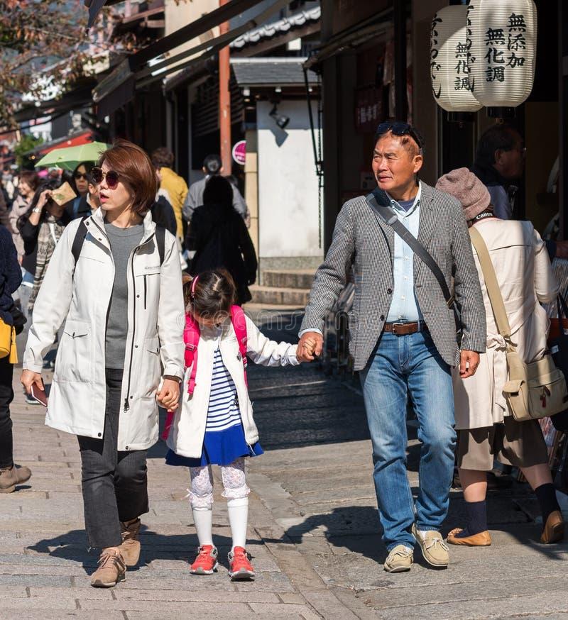 KYOTO, GIAPPONE - 7 NOVEMBRE 2017: Famiglia giapponese su una via della città immagini stock