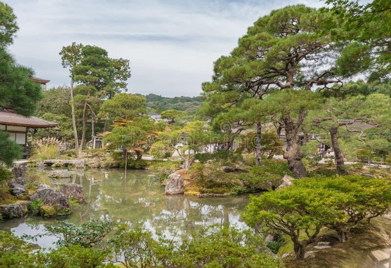KYOTO, GIAPPONE - 9 OTTOBRE 2015: Santuario e giardino a Kyoto, Giappone Alberi e lago verdi fotografie stock