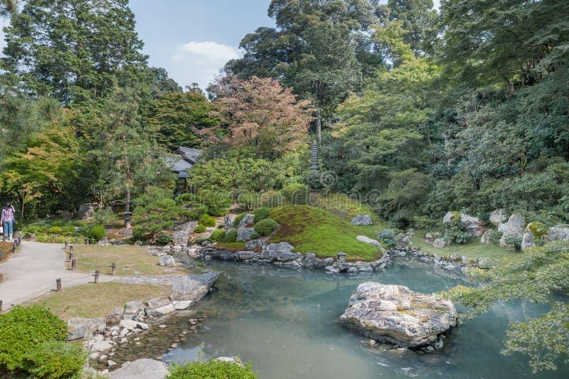 KYOTO, GIAPPONE - 9 OTTOBRE 2015: Santuario e giardino a Kyoto, Giappone Alberi e lago verdi immagini stock