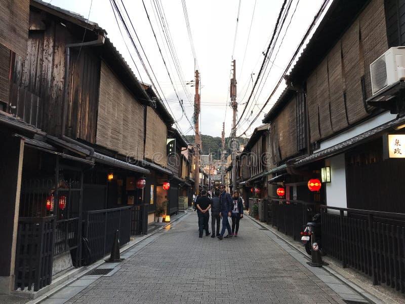 Kyoto, Giappone: Vista della via di Gion con i turisti fotografia stock
