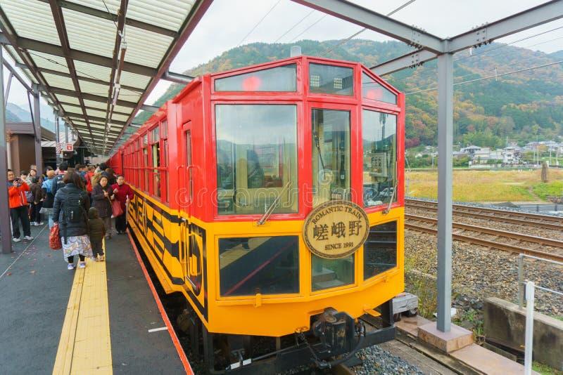 Kyoto, Japão - 3 de dezembro de 2015: O TREM ROMÂNTICO de SAGANO é parkin fotos de stock