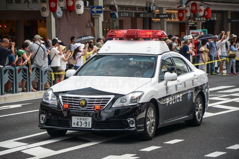 Kyoto, Japão - 24 de julho de 2016 Carro de polícia no festival de Gion Matsuri no dia de verão quente em Kyoto imagens de stock