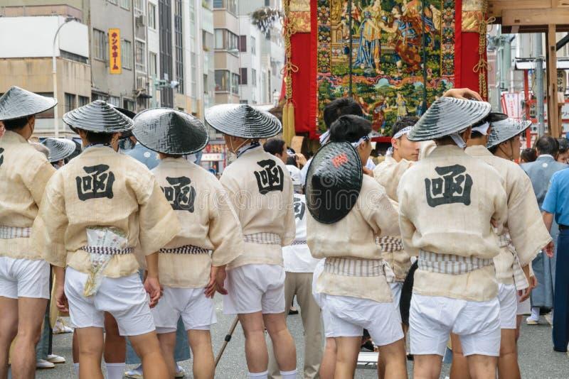 Kyoto, Japão - 17 de julho de 2016: Os homens japoneses na roupa tradicional que prepara Yamaboko flutuam na parada de Gion Matsu foto de stock
