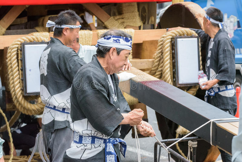Kyoto, Japão - 17 de julho de 2016: Os homens japoneses na roupa tradicional que prepara Yamaboko flutuam na parada de Gion Matsu fotografia de stock royalty free
