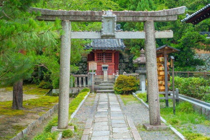 KYOTO, JAPÃO - 5 DE JULHO DE 2017: Vista bonita no parque com uma porta apedrejada no trajeto dentro do parque no santuário de Ya fotos de stock royalty free