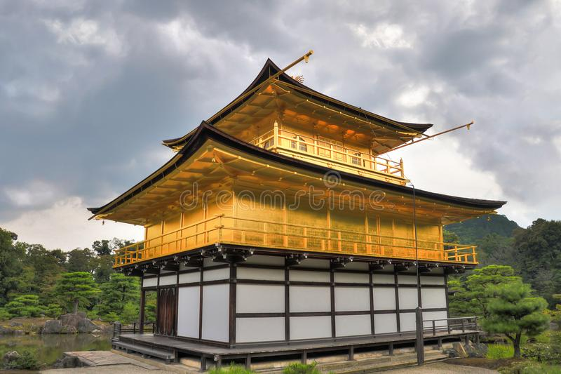 Kyoto, Japão - 24 de julho de 2016 Kinkaku-ji, de Rokuon-ji templo do ` literalmente do templo budista do ` dourado do pavilhão e foto de stock