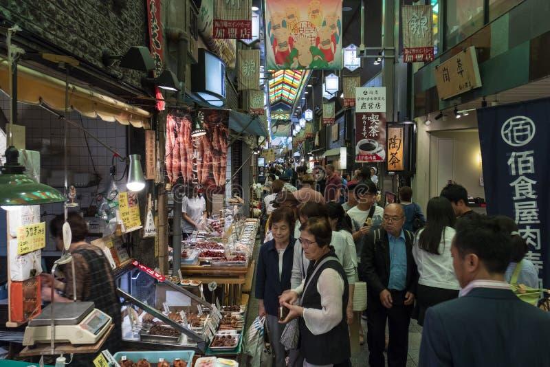 Kyoto, Japão - 22 de maio de 2017: Comprando no mercado de Nishiki, foto de stock royalty free
